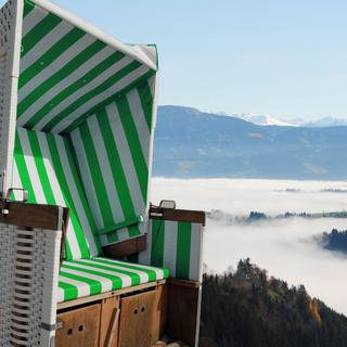 Extensive views over the sea of fog from a beach chair.